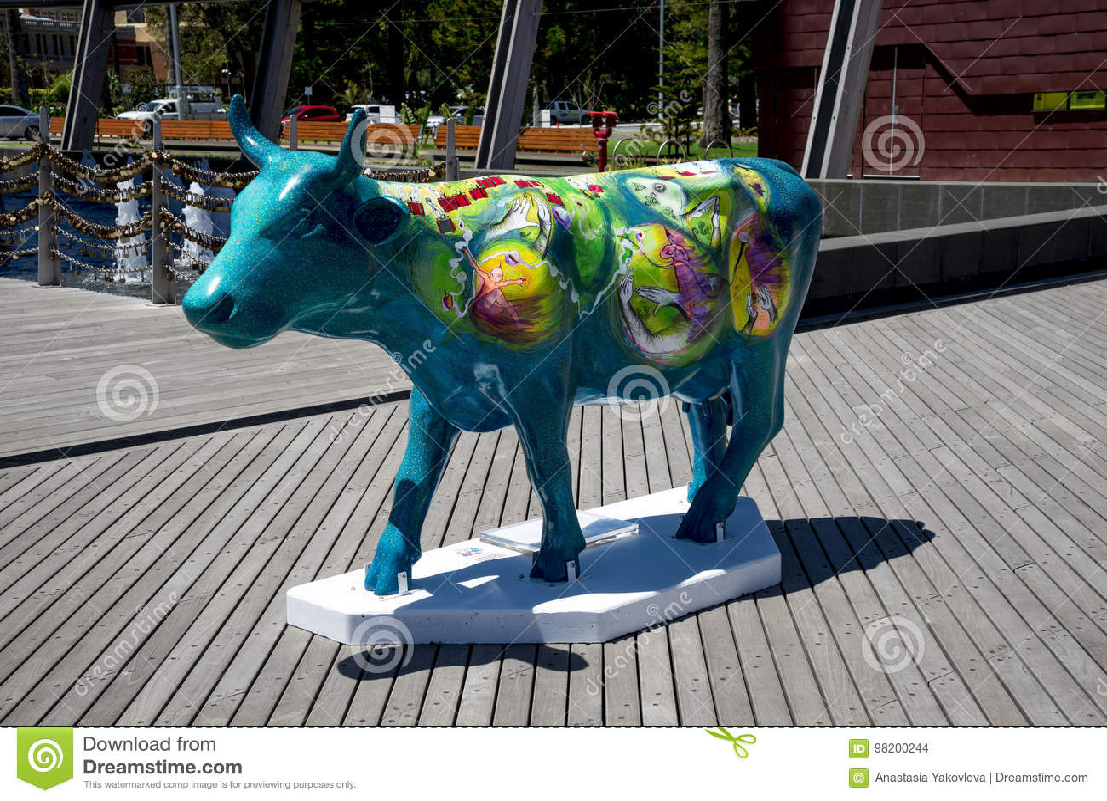 Download Красочная синь покрасила корову на набережной Элизабета в городе Перта как PA Редакционное Стоковое Изображение - изображение насчитывающей сыр, свет: 98200244