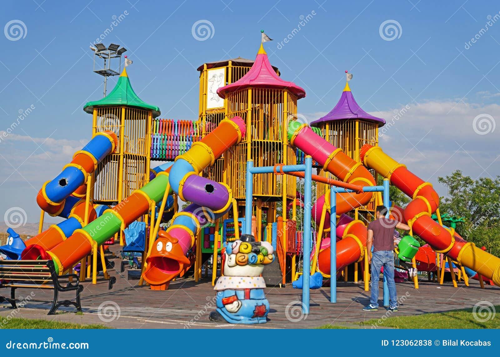 Красочная спортивная площадка детей на общественном парке в Анкаре, Турции