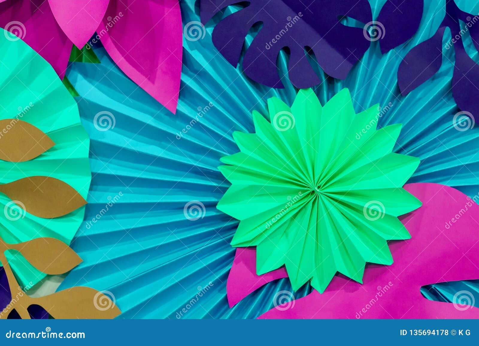 Красочная тропическая предпосылка бумажного цветка пестротканые цветки и листья сделанные из бумаги
