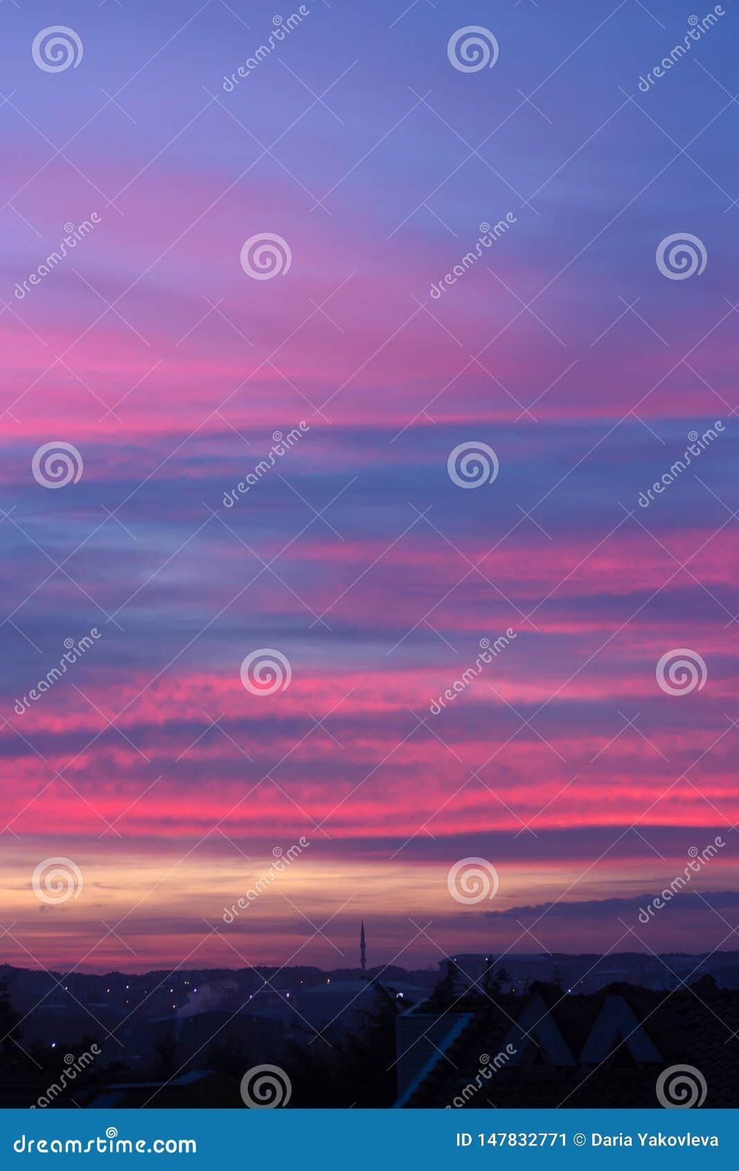 красочное небо захода солнца с красивыми облаками над Стамбулом