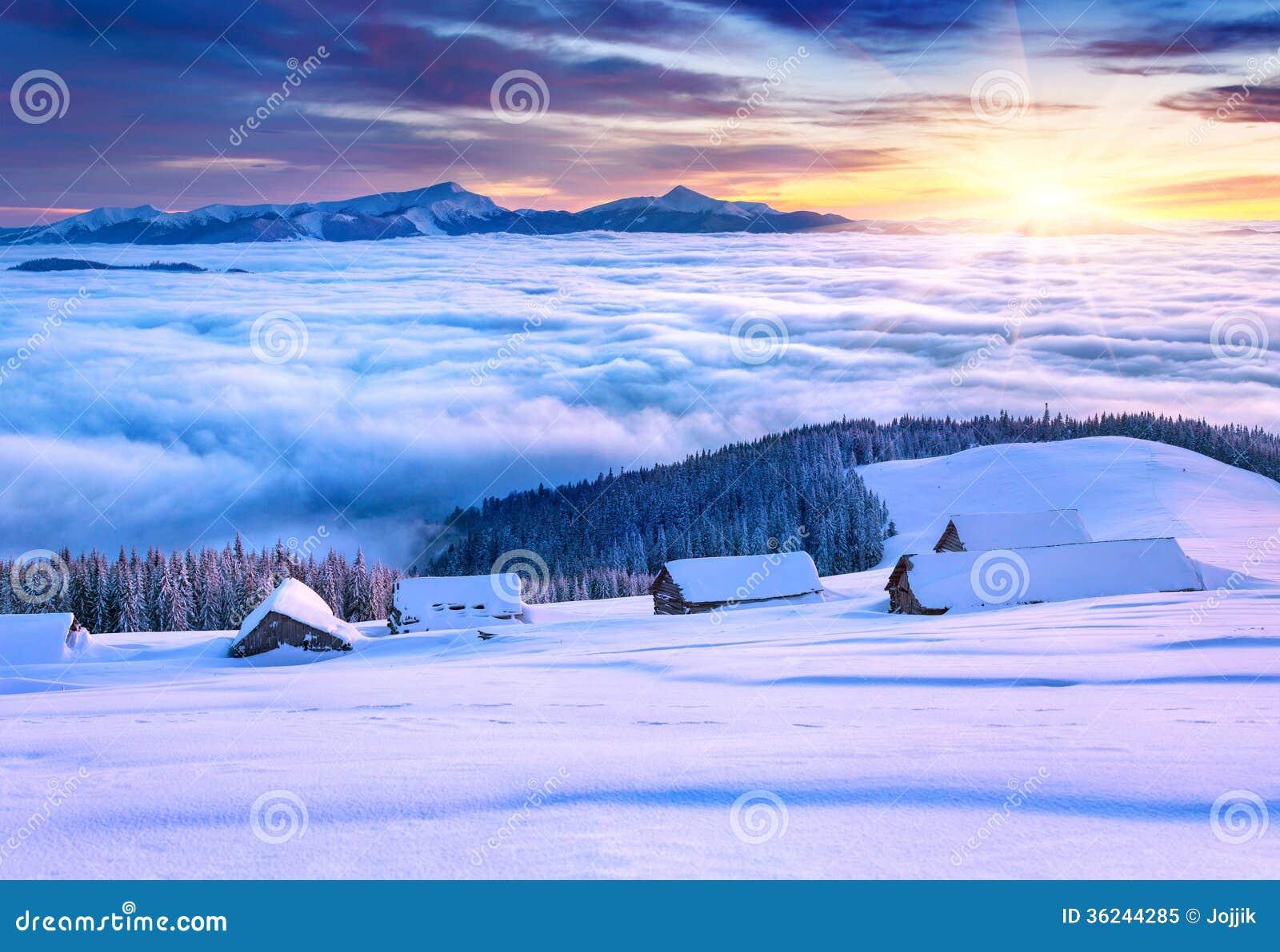 Красочное утро зимы в горах