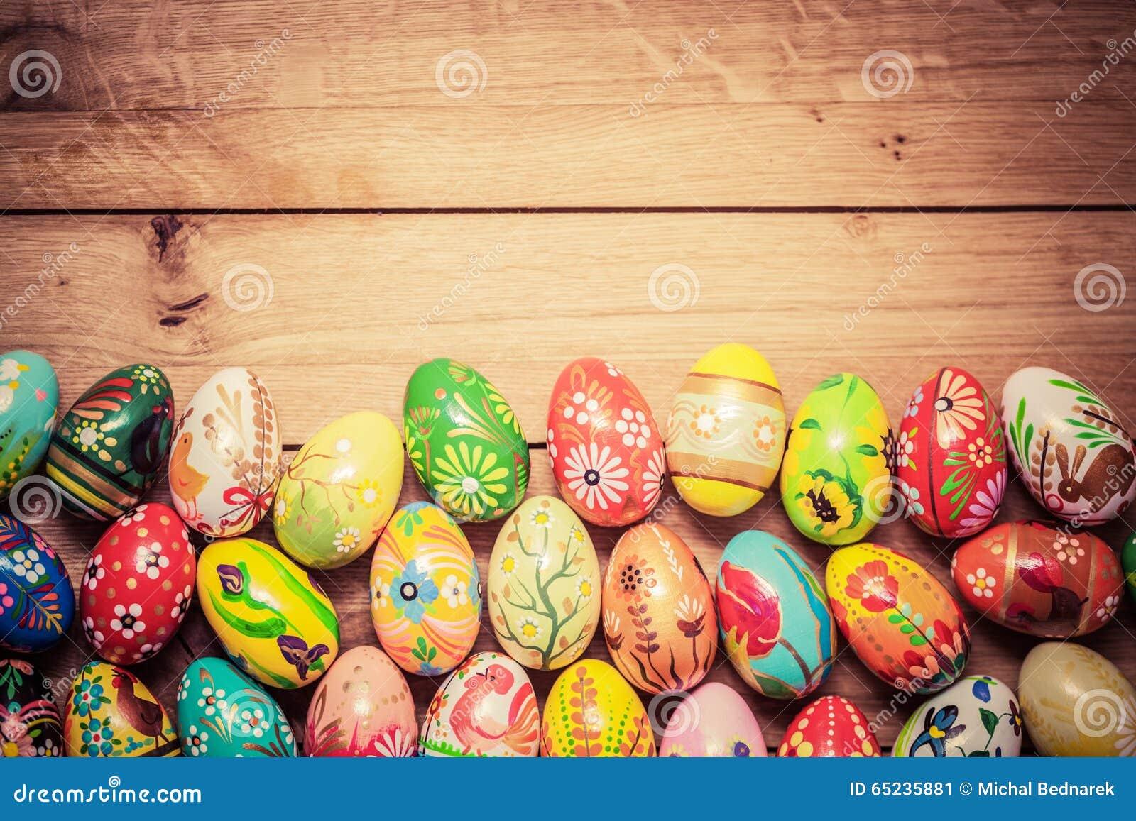 Красочной покрашенные рукой пасхальные яйца на древесине Уникально handmade, винтажный дизайн