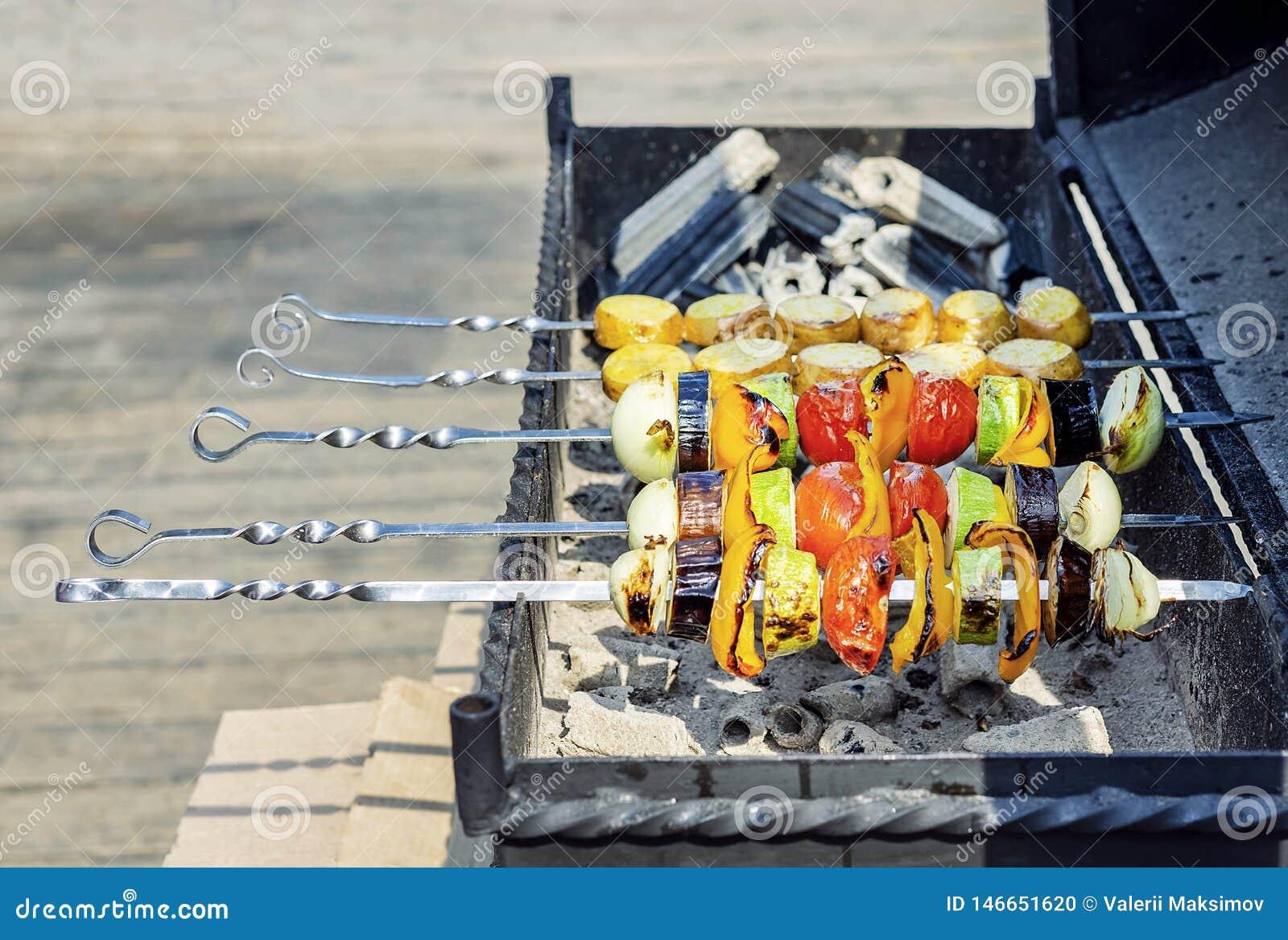 Красочные вегетарианские протыкальники овоща с зажаренными в духовке болгарскими перцами, луками, баклажанами, томатами и цукини