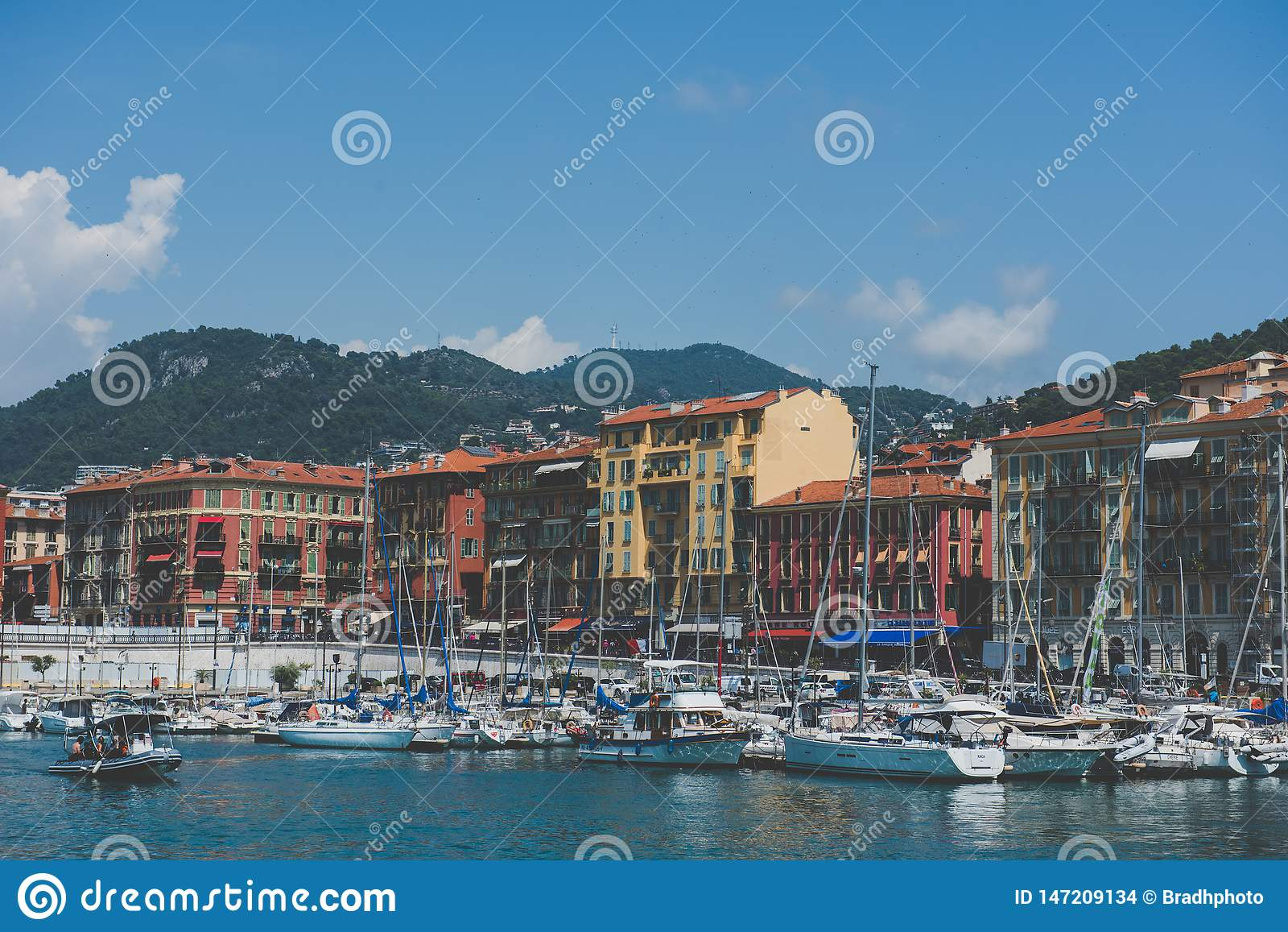 Красочные взгляды гавани - славные, Франция