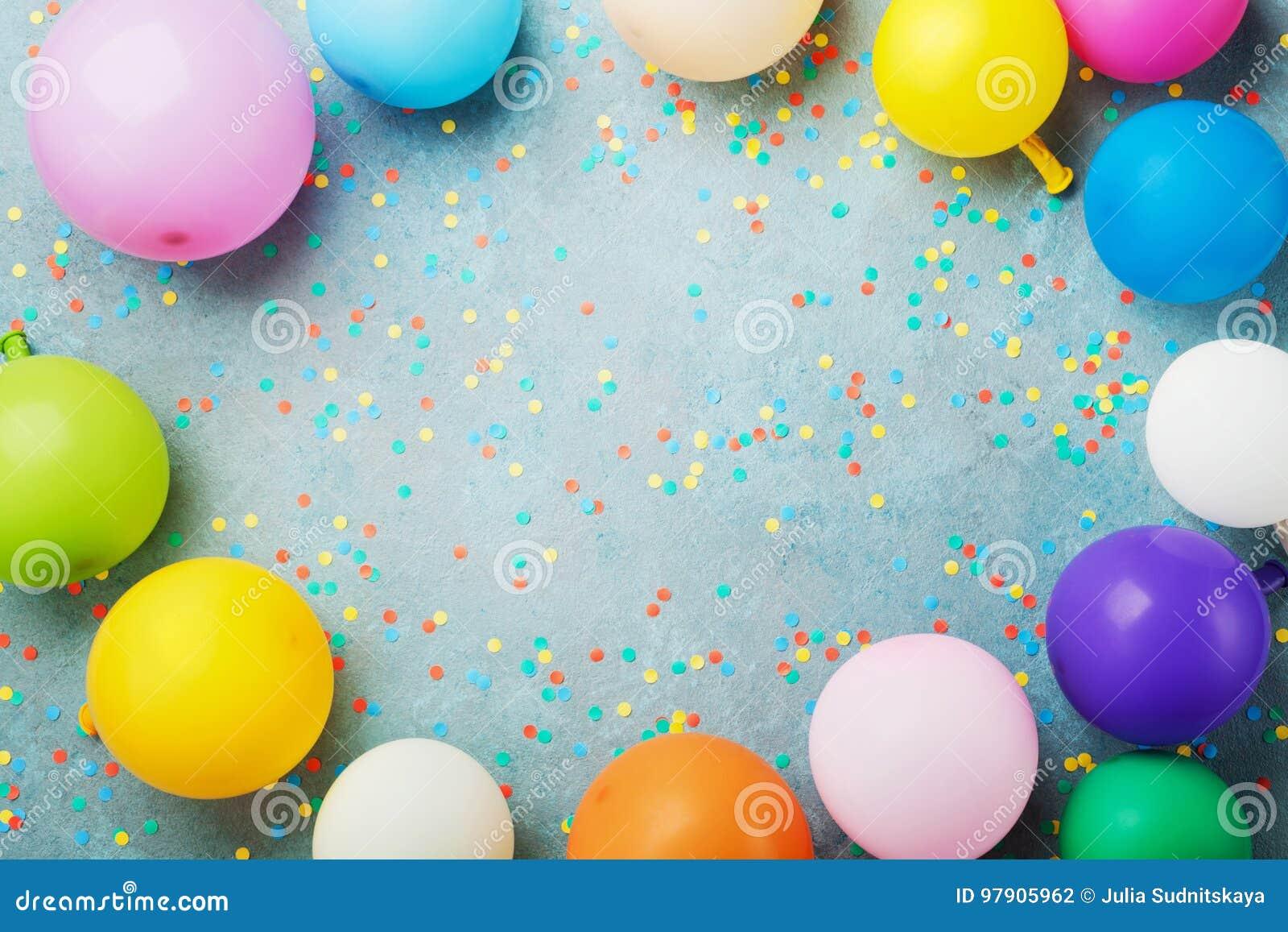 Красочные воздушные шары и confetti на взгляде столешницы бирюзы Предпосылка дня рождения, праздника или партии плоский стиль пол
