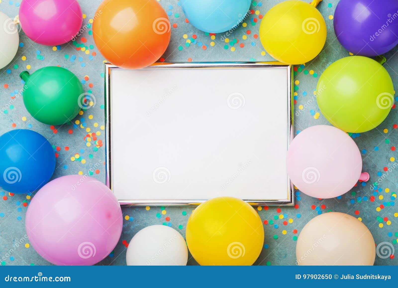 Красочные воздушные шары, серебряная рамка и confetti на голубом взгляд сверху предпосылки Модель-макет дня рождения или партии д