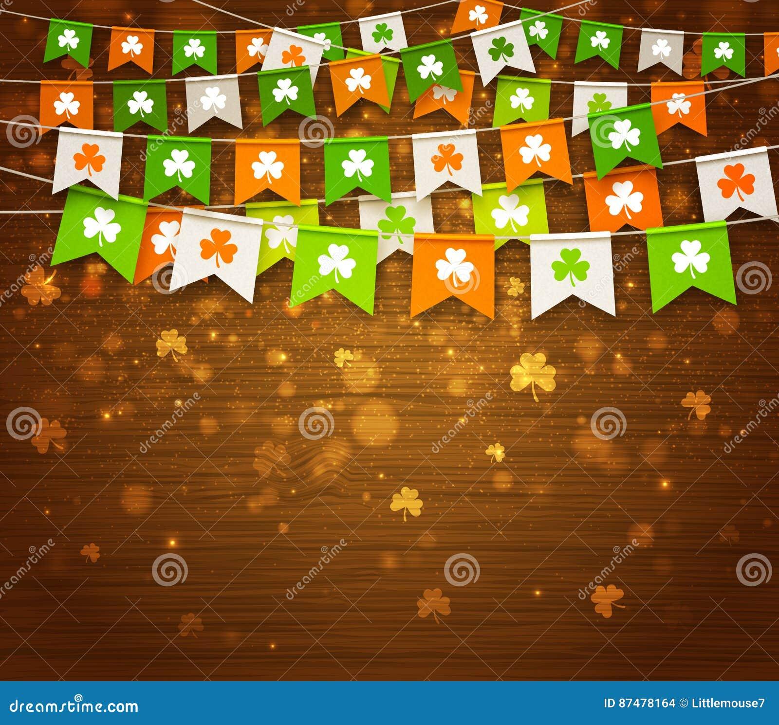 Красочные гирлянды флагов с клевером на деревянной предпосылке День ` s St. Patrick
