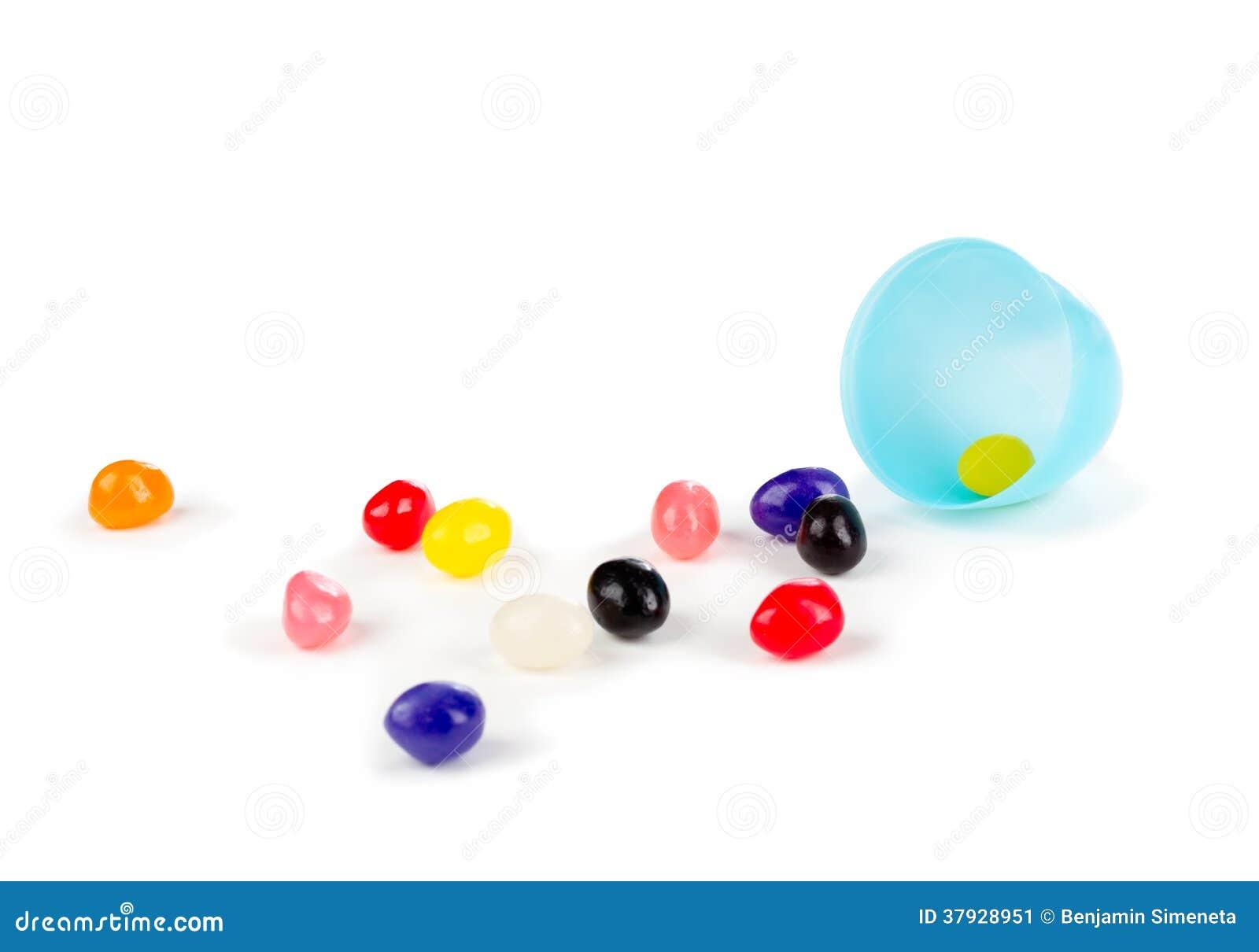 Красочные желейные бобы разлили из пластичного пасхального яйца.
