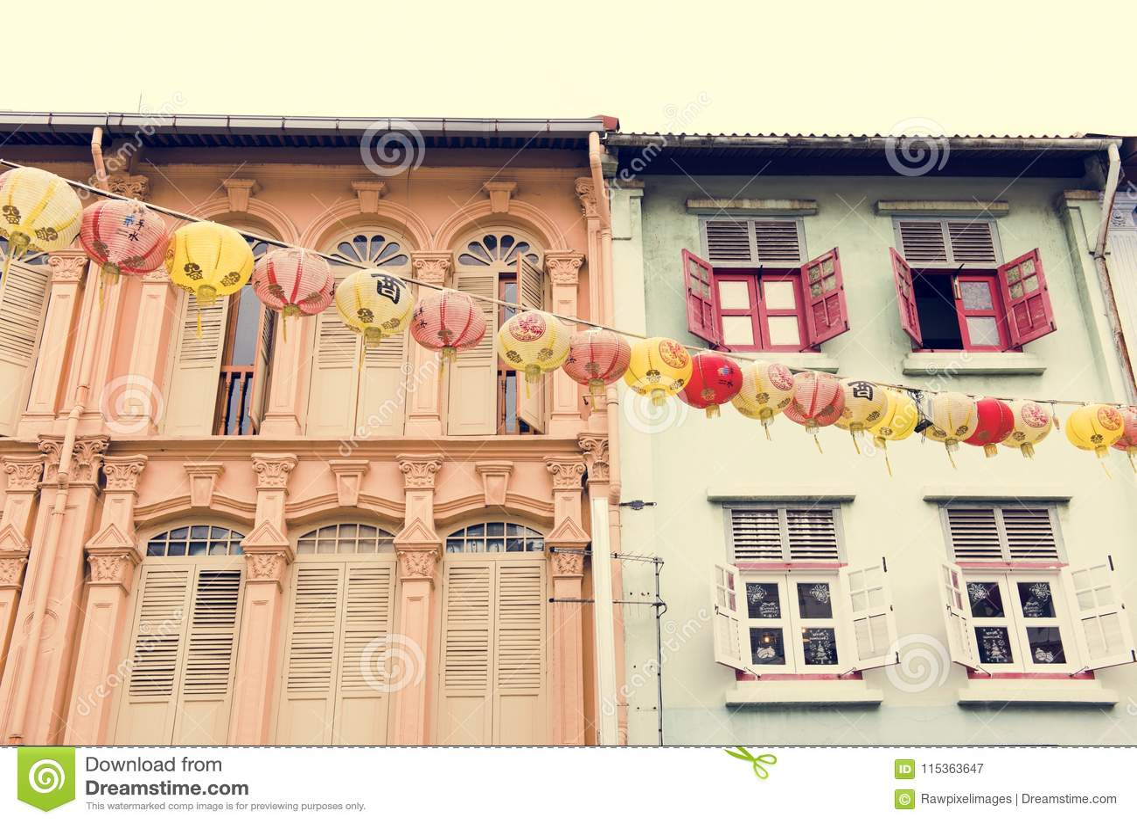 Красочные жилые дома рядом друг с другом