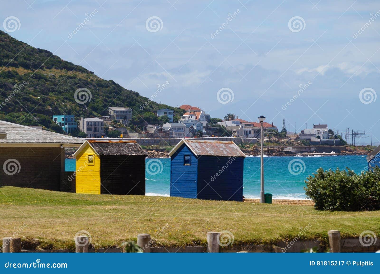 Красочные комнаты изменения пляжа в Кейптауне