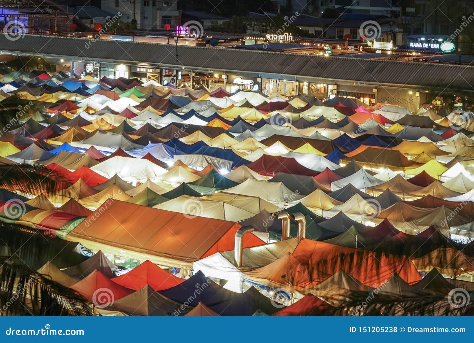 Красочные крыши рынка ночи