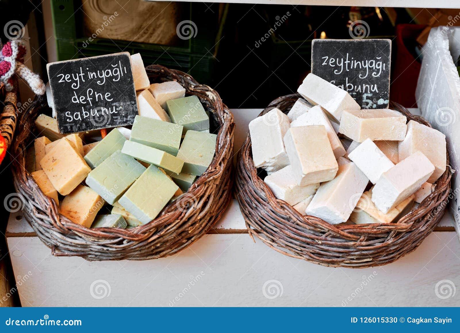 Красочные мыла с оливковым маслом в базаре