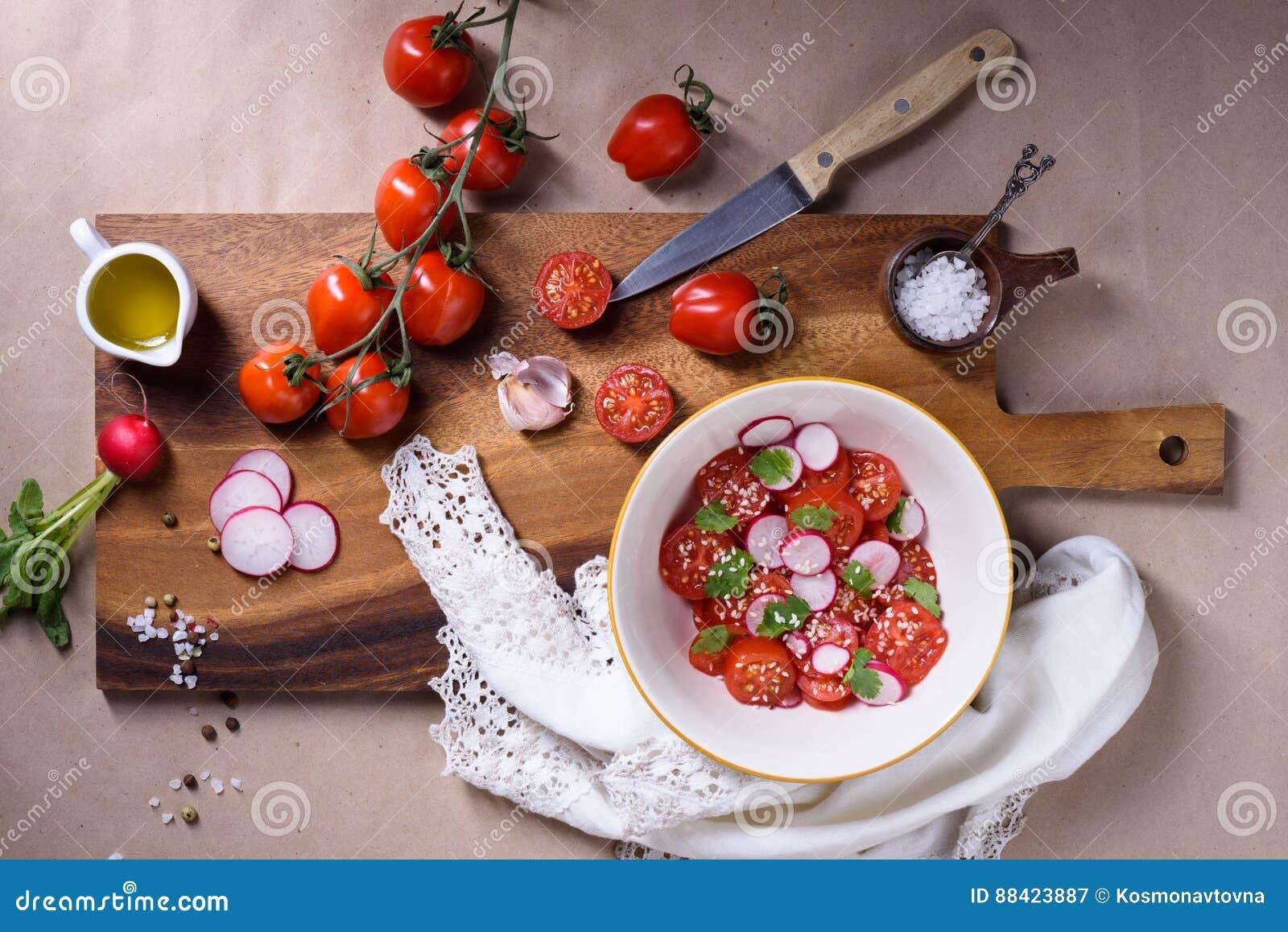 Красочные овощи, салат томата на деревянной предпосылке Био здоровая еда, травы, специи, варить здоровья органические овощи Взгля