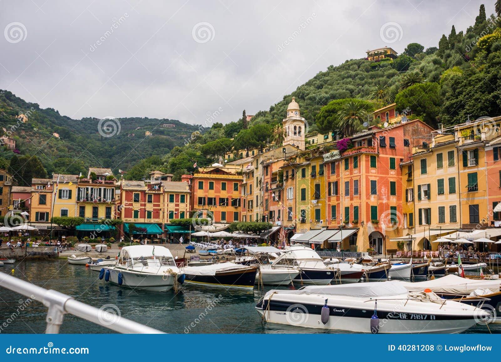 Красочные дома в гавани