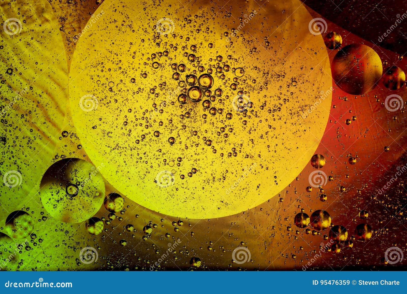 Красочные пузыри масла в воде