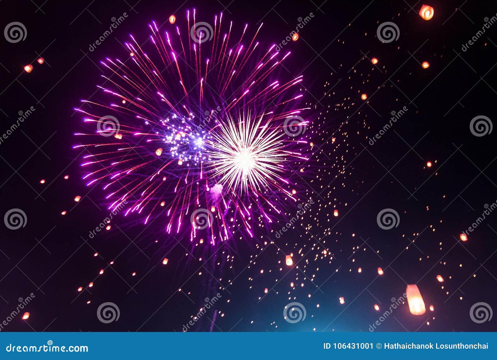 Красочные фейерверки освещают вверх небо с фестивалем Yi Peng фонарика
