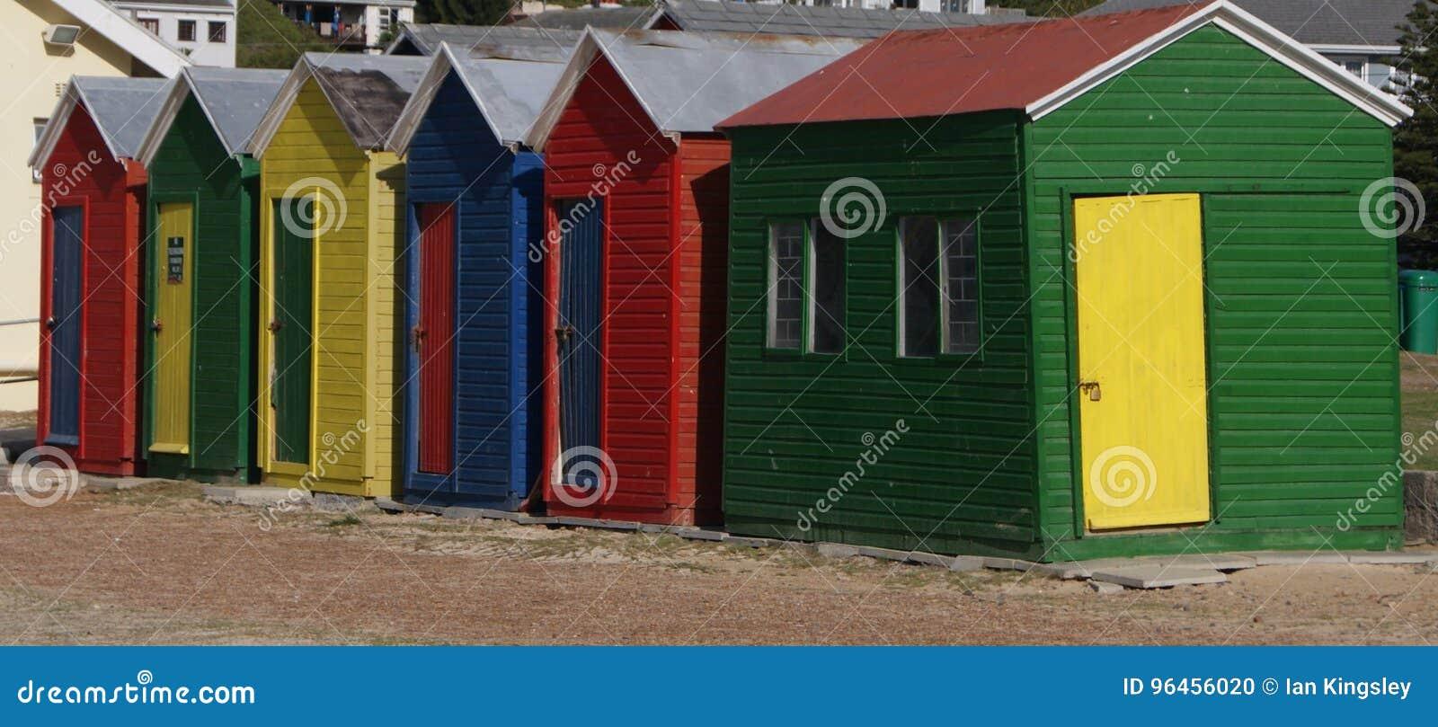 Красочные хаты пляжа на береге в Кейптауне