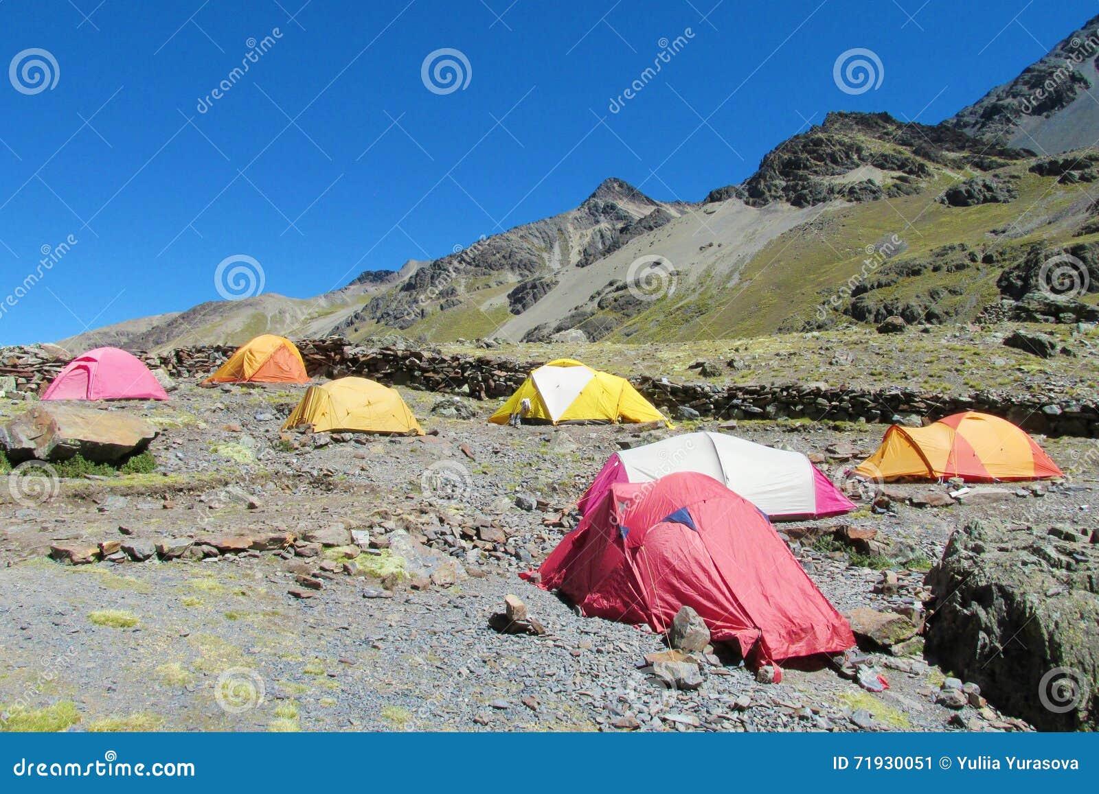 Красочные шатры stanging в располагаться лагерем высокой горы