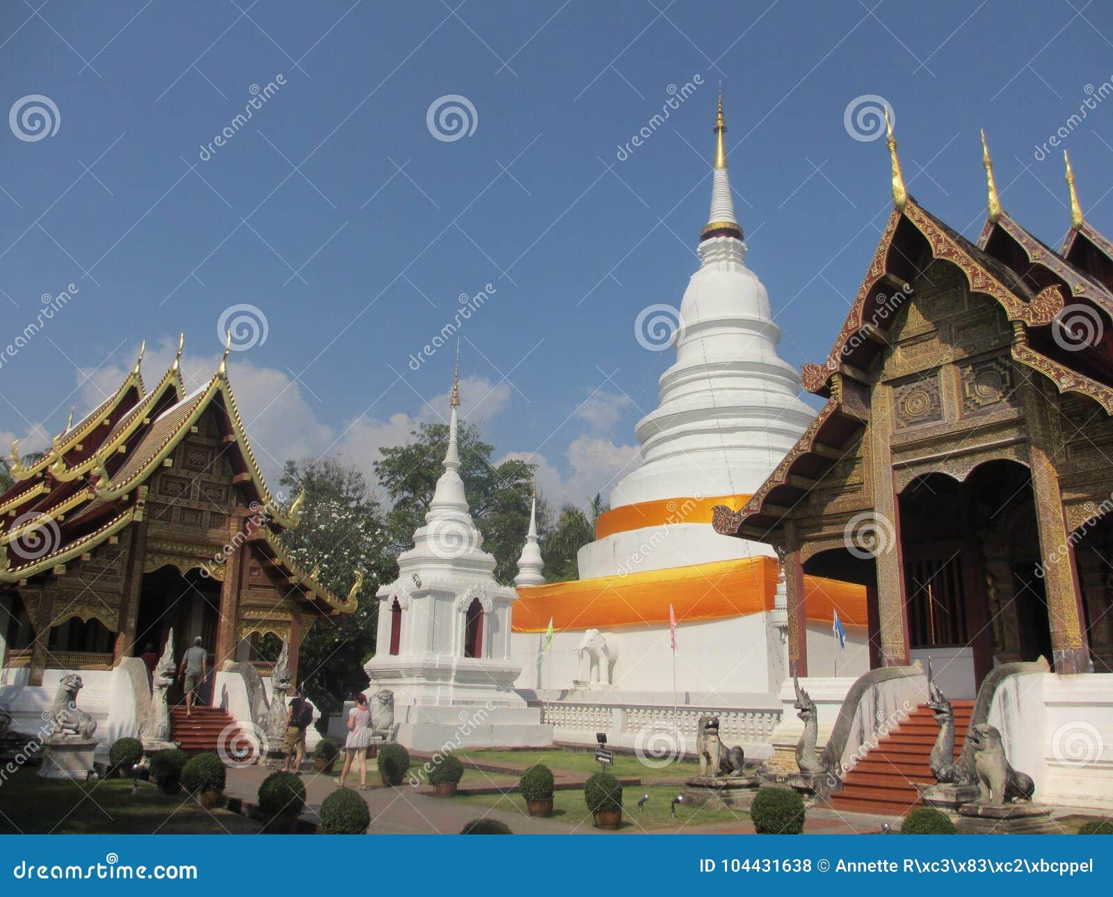 Красочный белый висок в Чиангмае в Таиланде, Азии