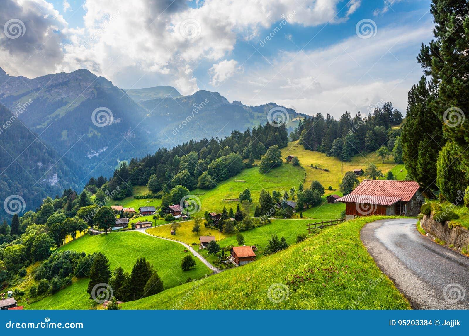 Красочный взгляд лета деревни Wengen