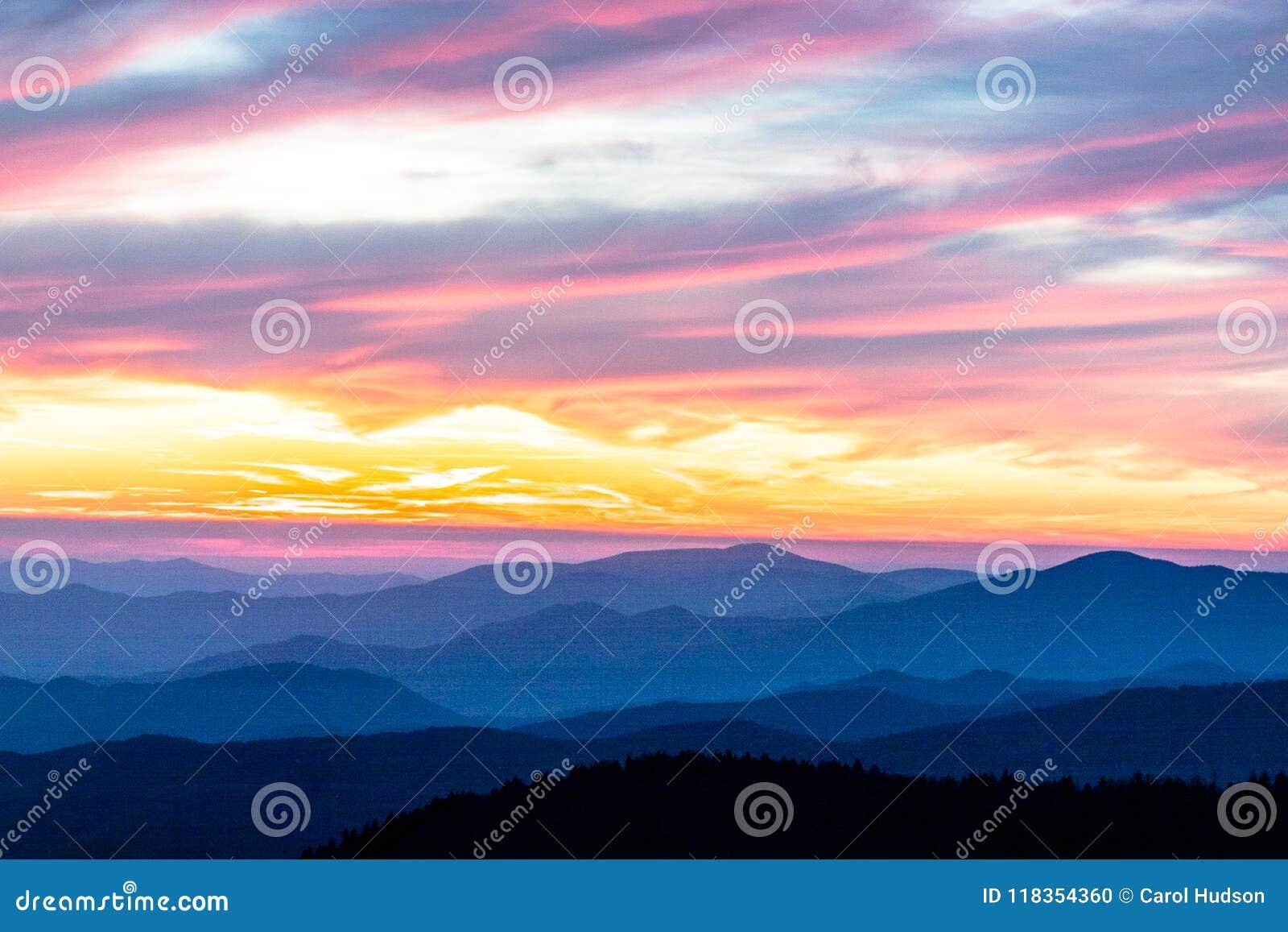 Красочный заход солнца в больших закоптелых горах в Теннесси