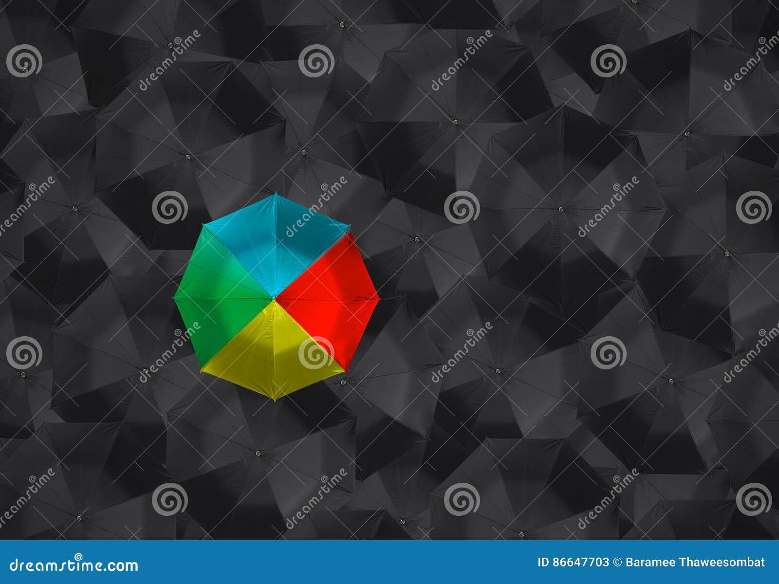 Красочный зонтик и много черных зонтиков