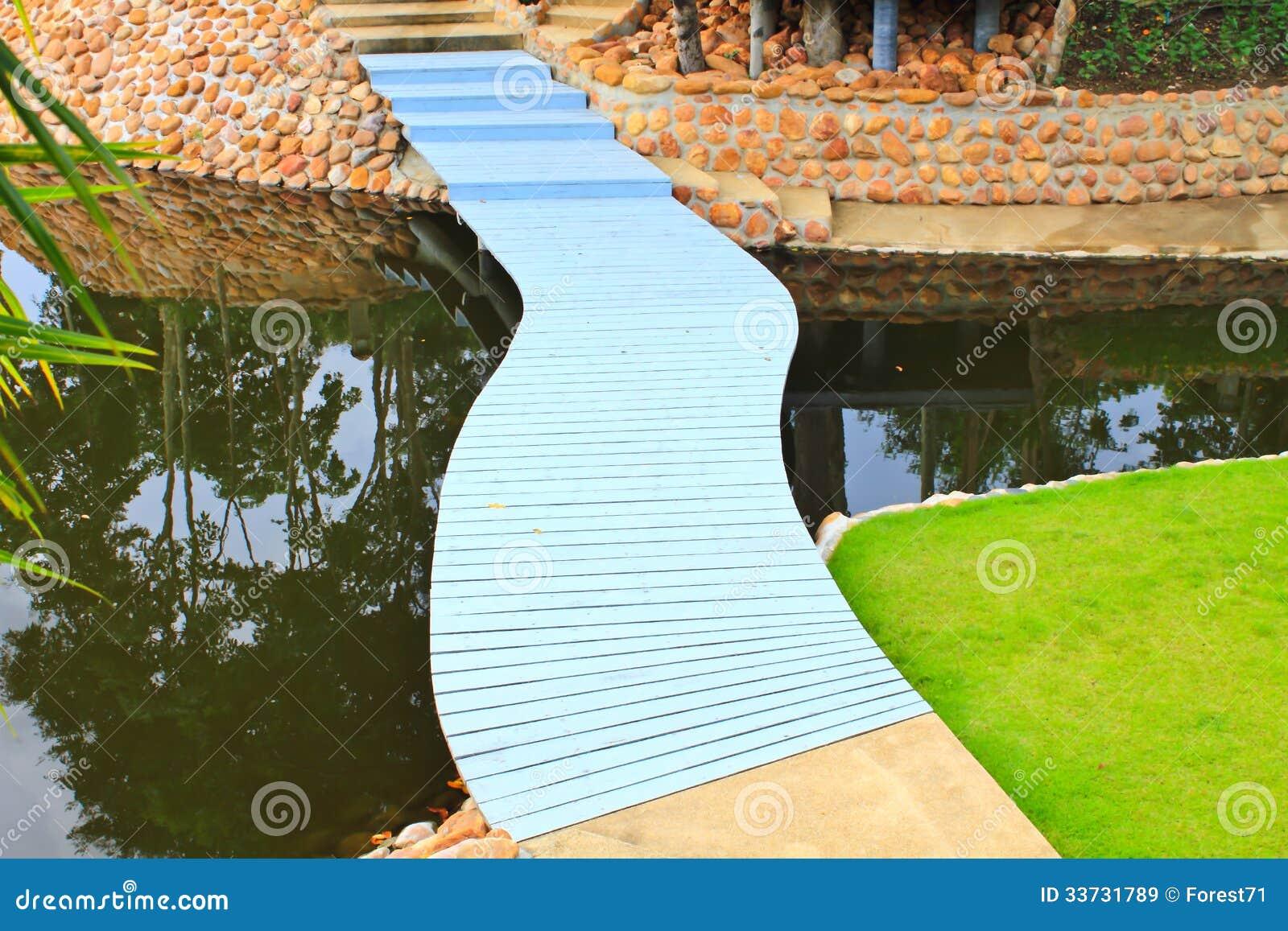 Красочный мост пути прогулки