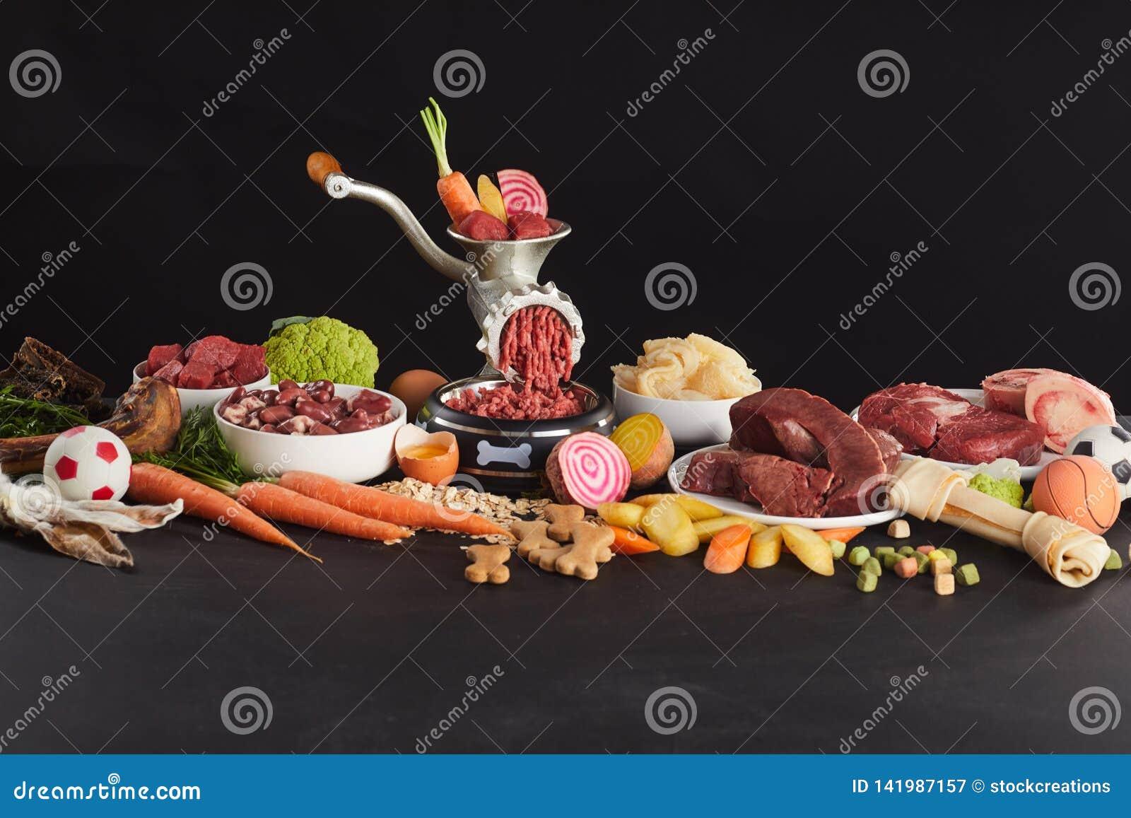 Красочный натюрморт свежей сырцовой еды для barf