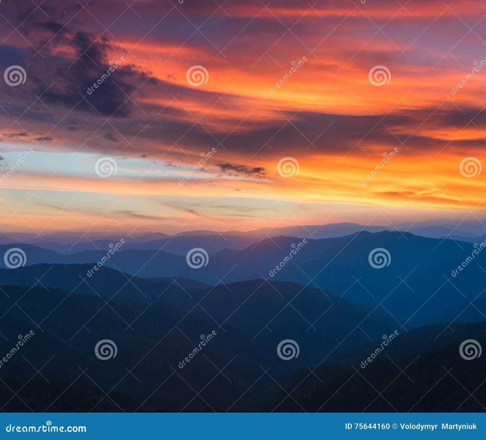 Красочный панорамный восход солнца в ландшафте гор Драматическое небо утра