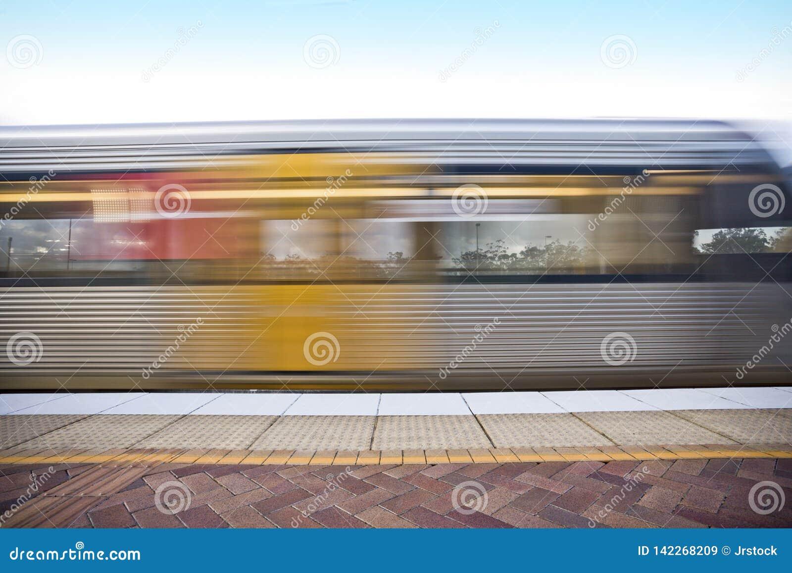 Красочный поезд остановленный на фронте станции