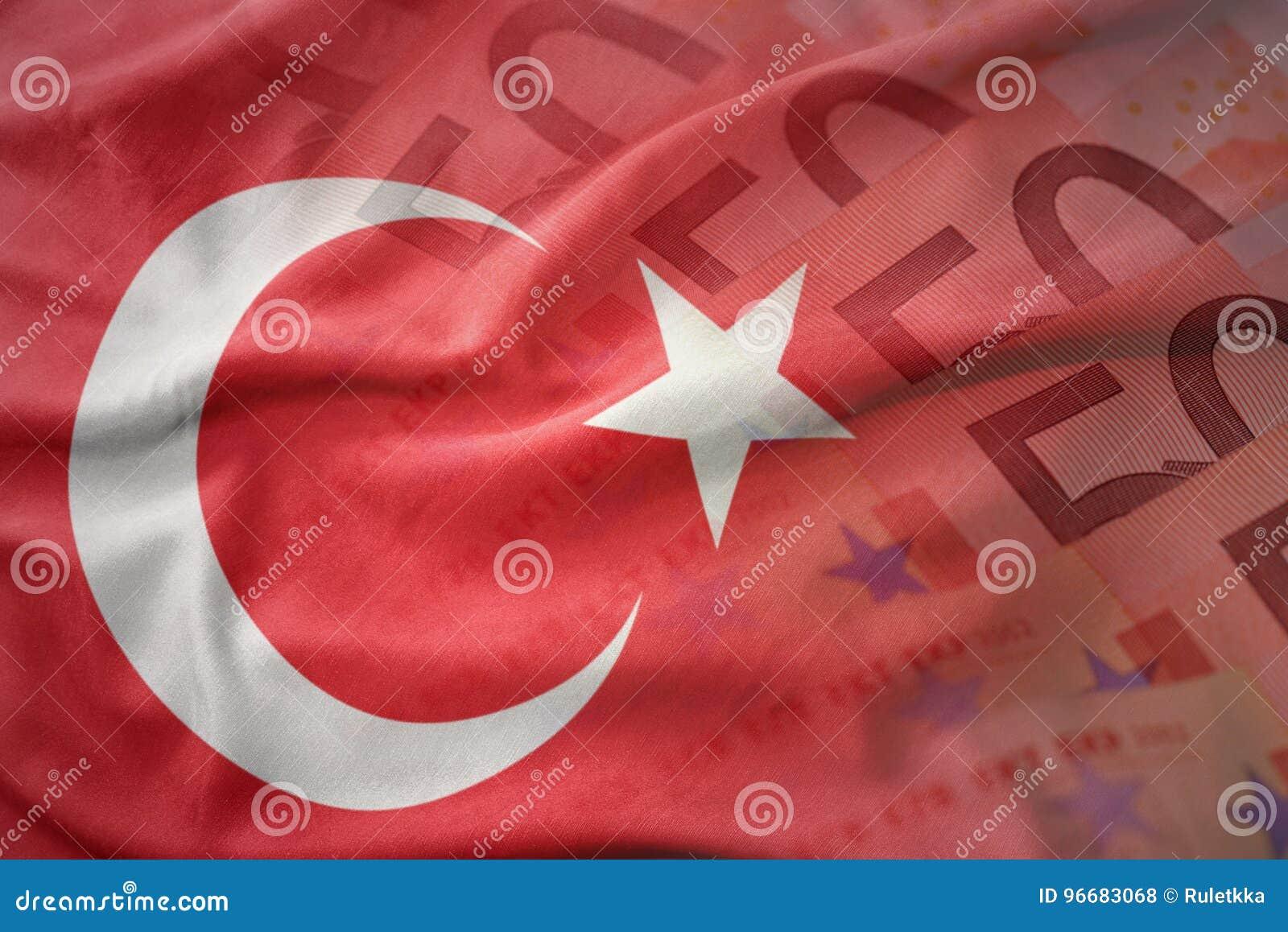 красочный развевая национальный флаг индюка на предпосылке банкнот денег евро