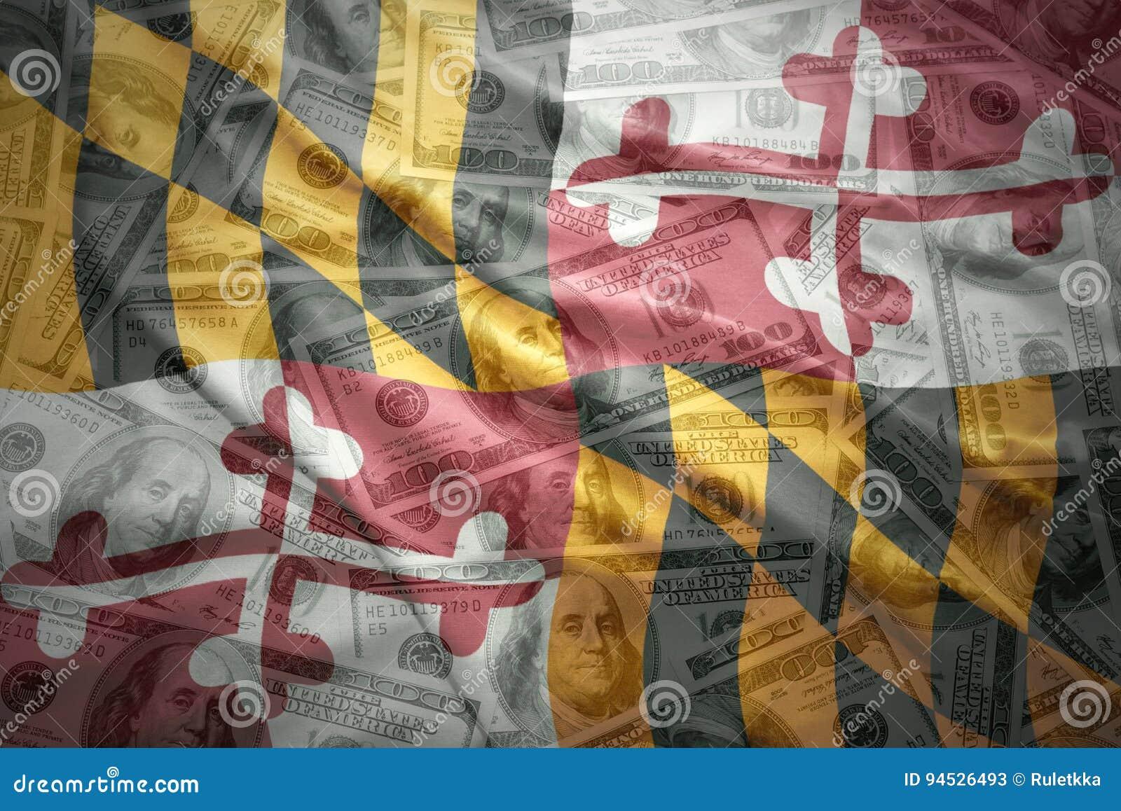 Красочный развевая национальный флаг Мэриленда на американской предпосылке денег доллара