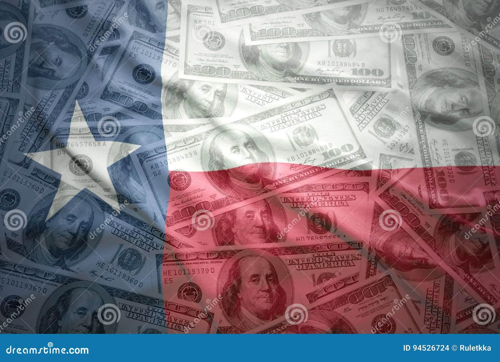 Красочный развевая национальный флаг Техаса на американской предпосылке денег доллара