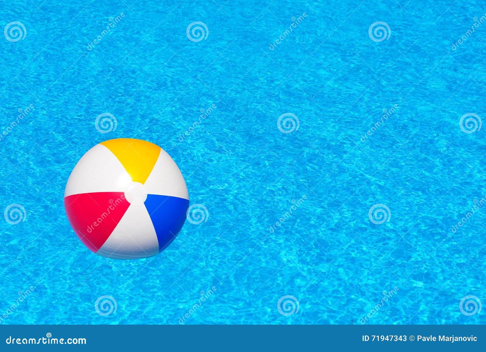 Красочный раздувной шарик в бассейне