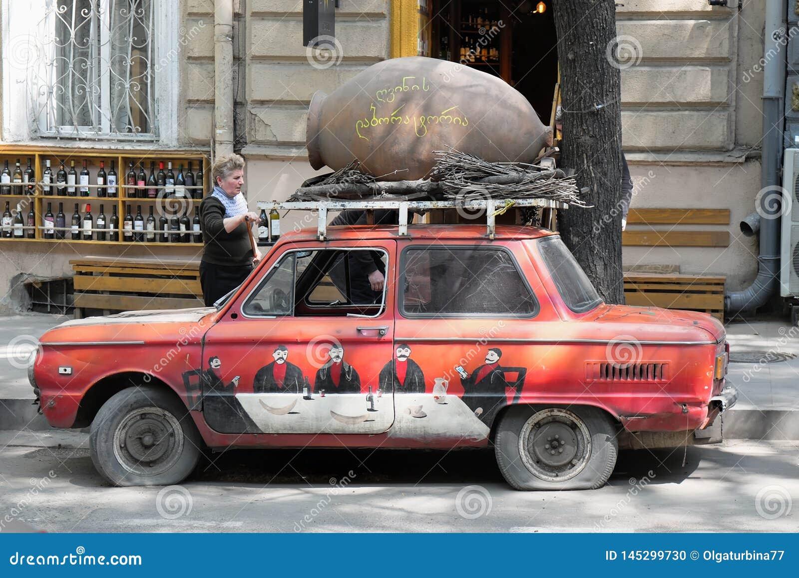 Красочный ретро советский красный автомобиль с с художественной точк