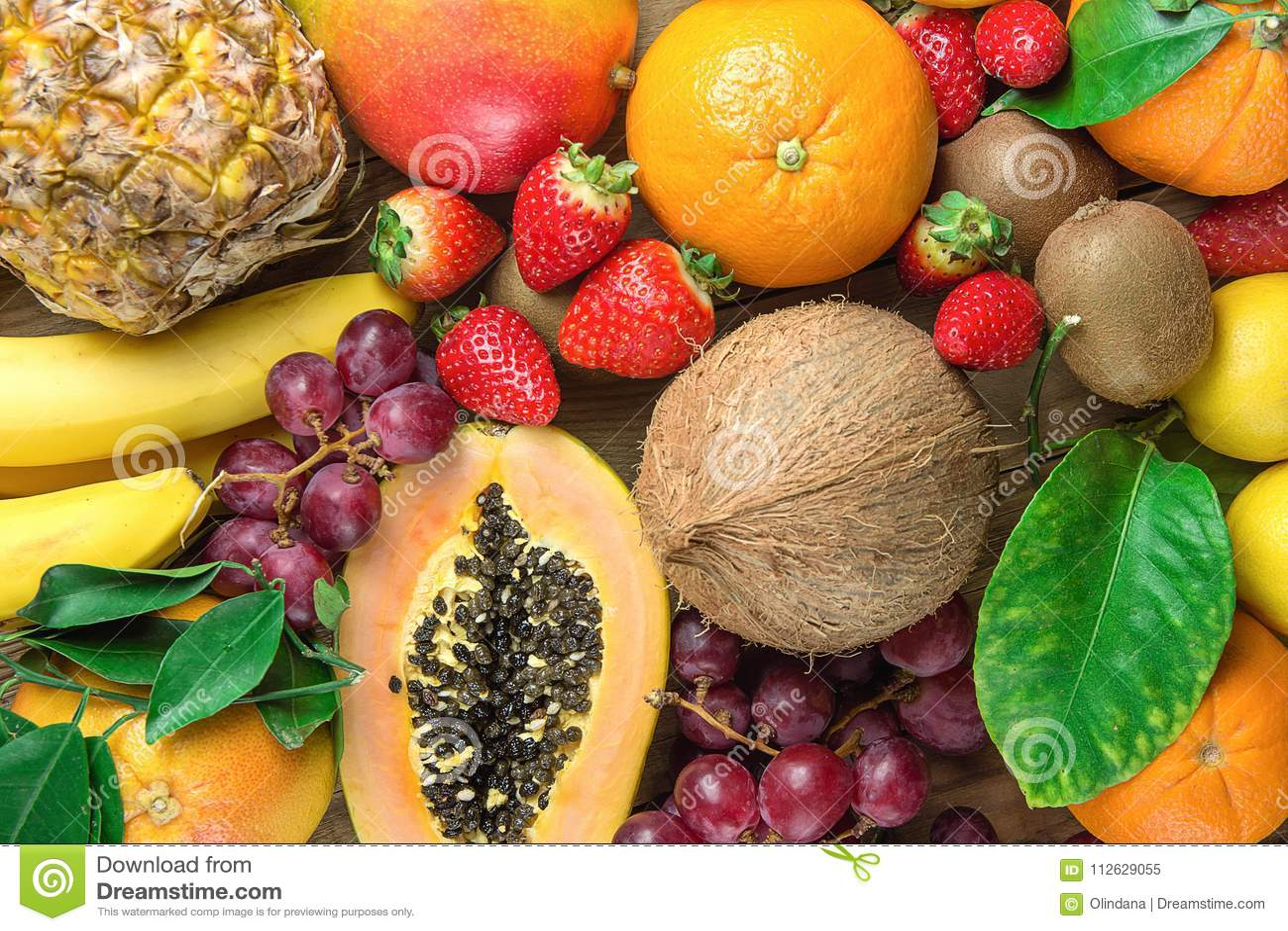 Плодоовощи смешивают апельсин и киви грейпфрута на плите стоковое.