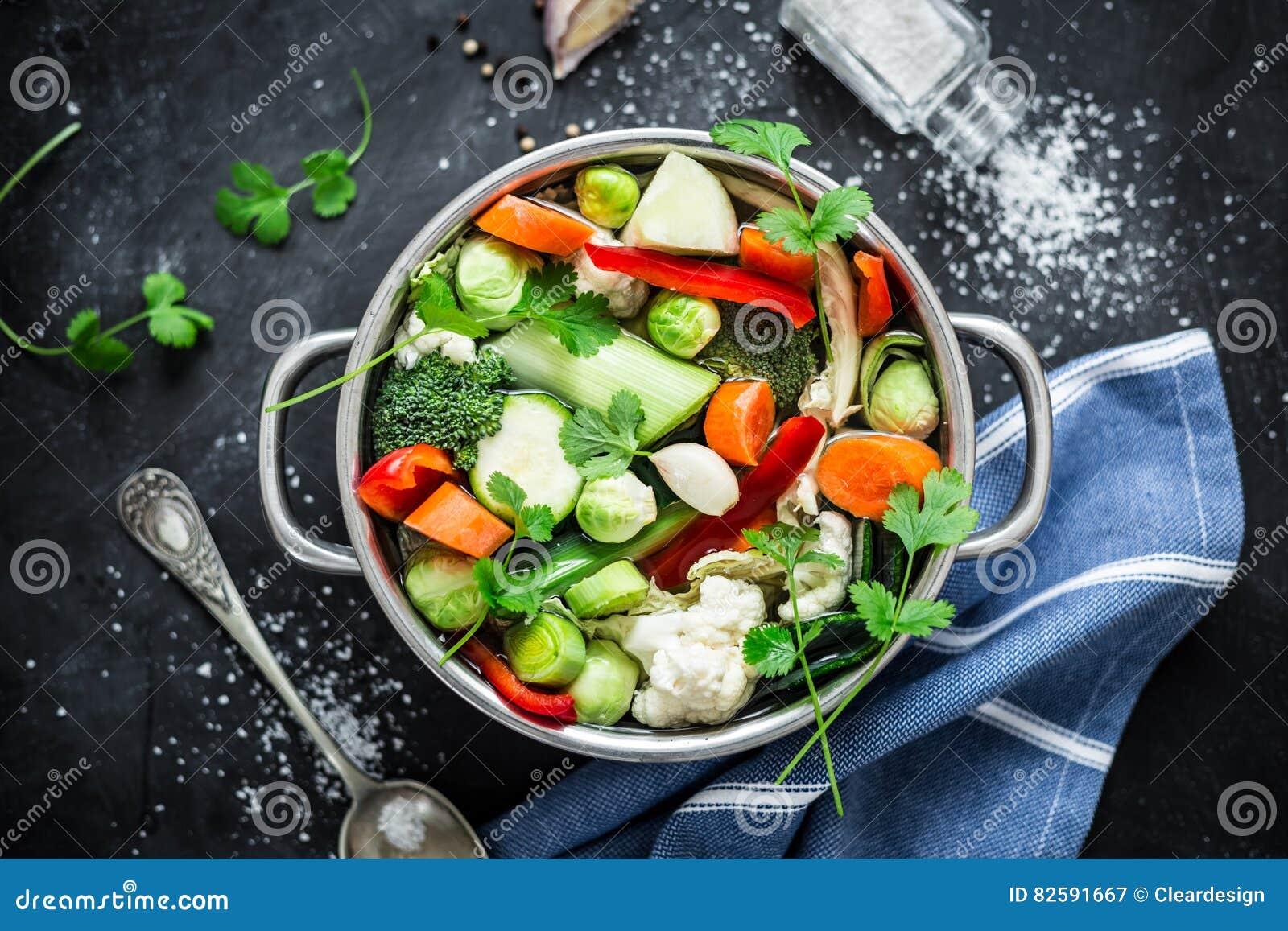 Красочный свежий ясный суп весны - вегетарианский запас