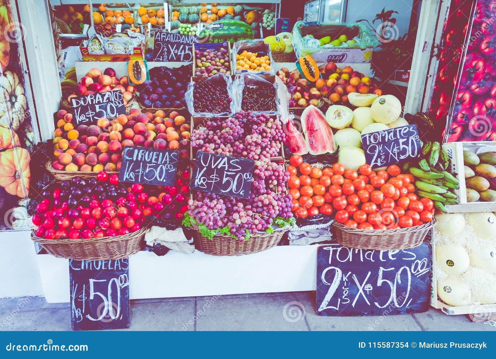 Красочный стойл фрукта и овоща в Буэносе-Айрес, Аргентине