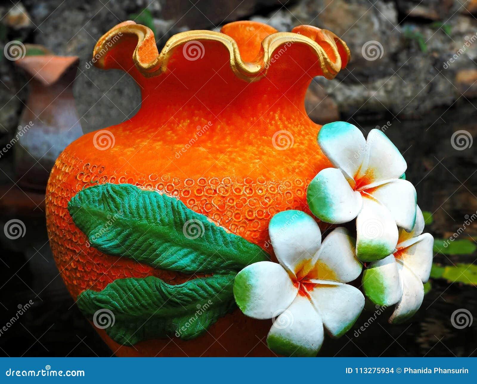 Красочный цветочный горшок в саде