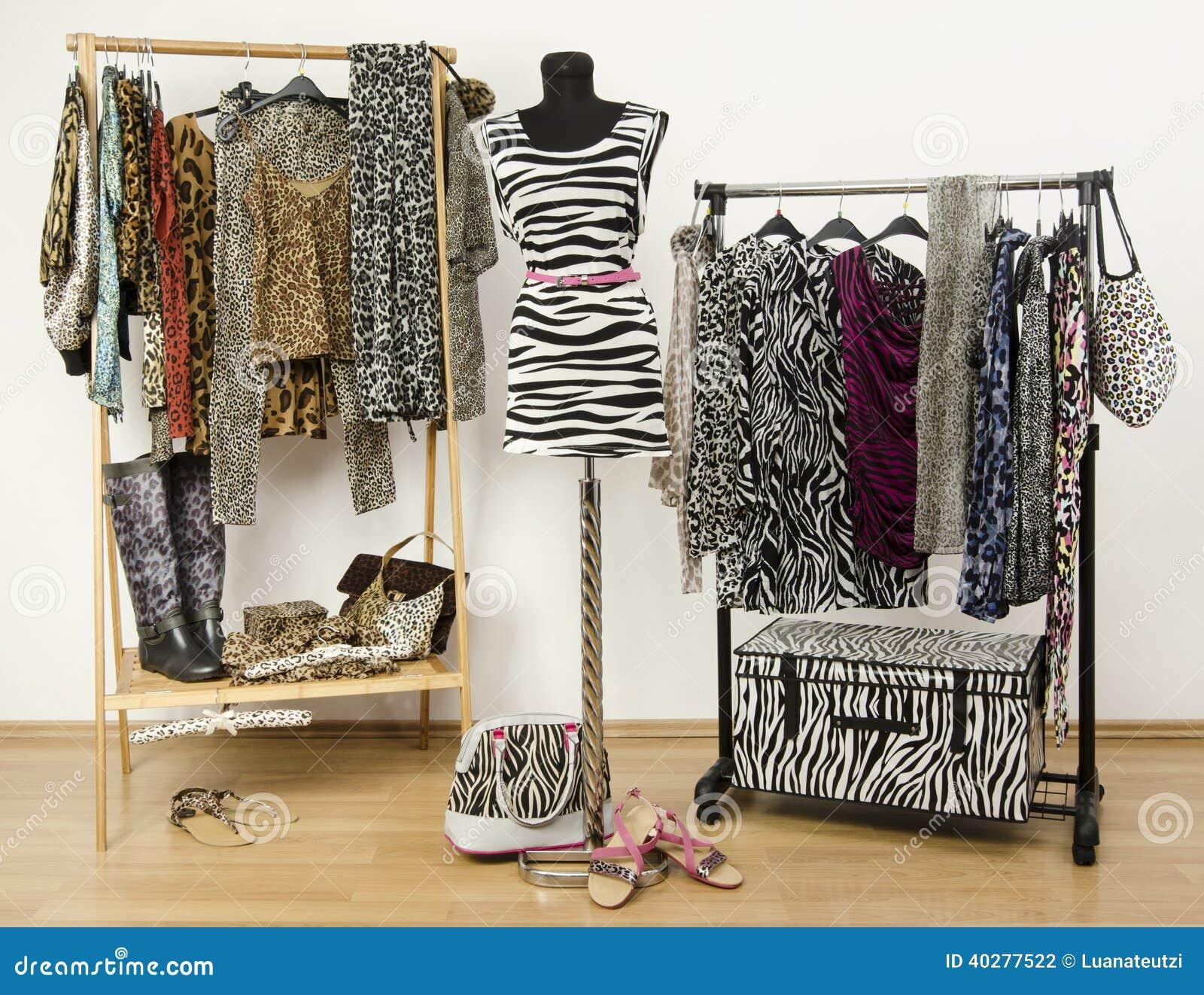 Красочный шкаф с одеждами и аксессуарами картины джунглей.