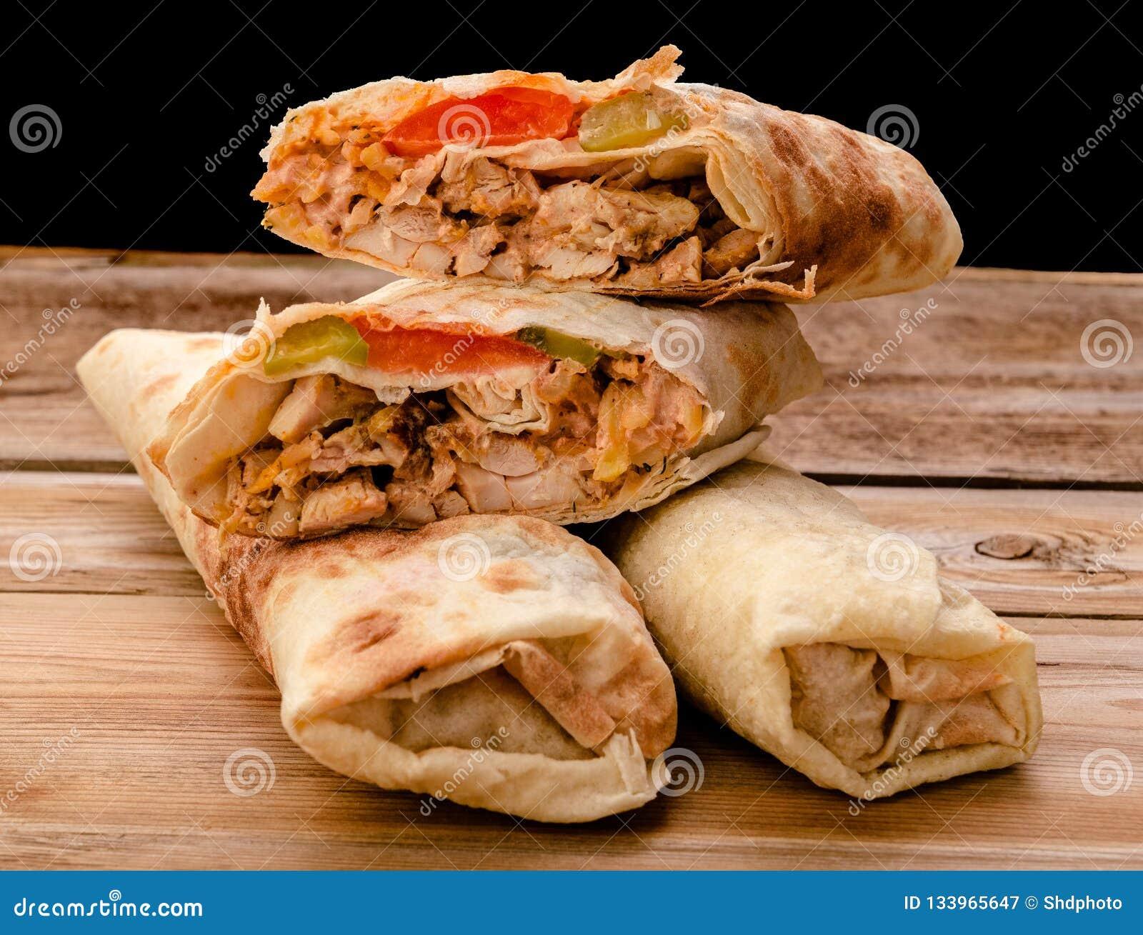 Крен гироскопа сэндвича Shawarma свежий falafel RecipeTin Eatsfilled shawarma говядины цыпленка хлеба питы lavash с зажаренный