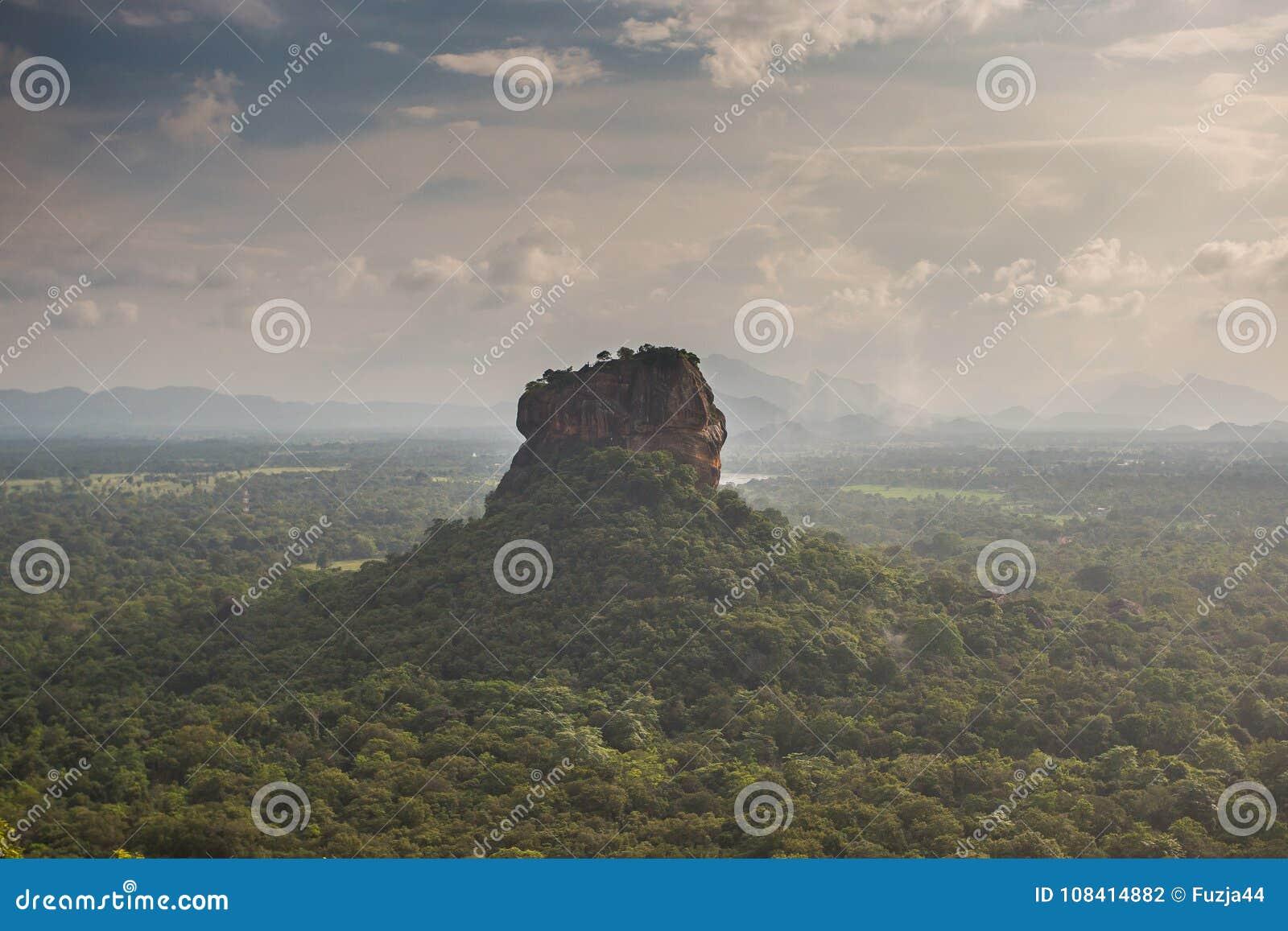 Крепость утеса льва Sigiriya, взгляд от Pidurangala, Шри-Ланки