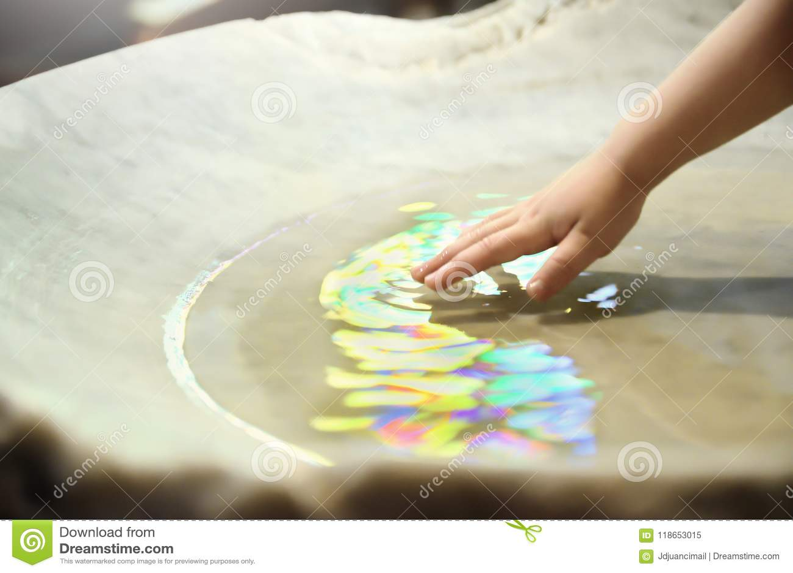 Крестить торжество Baptismal куча и рука с священной водой в церков пустой космос экземпляра
