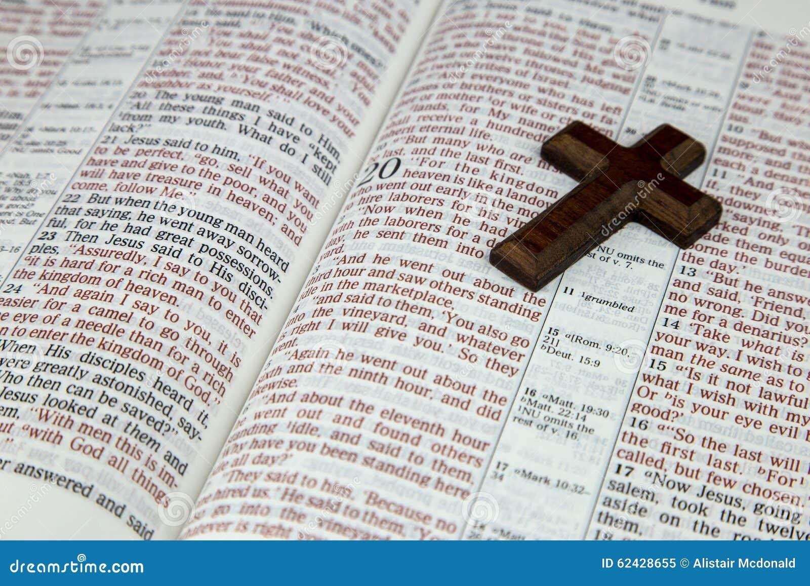 крест библии открытый стоковое изображение изображение