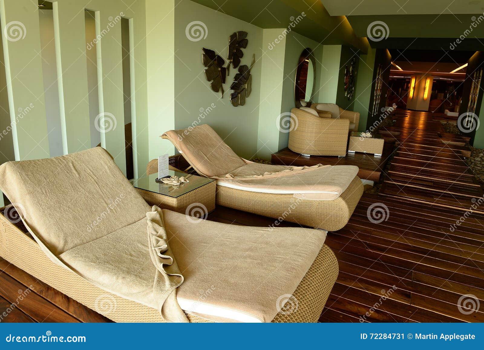 Download Кресла для отдыха фаэтона внутри помещения Стоковое Изображение - изображение насчитывающей бежевое, вакантно: 72284731