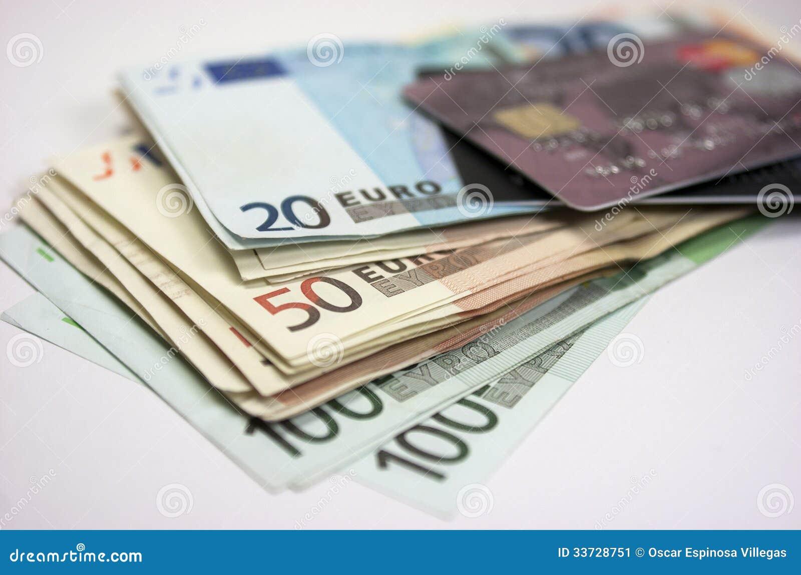 Банкноты и кредитная карточка евро