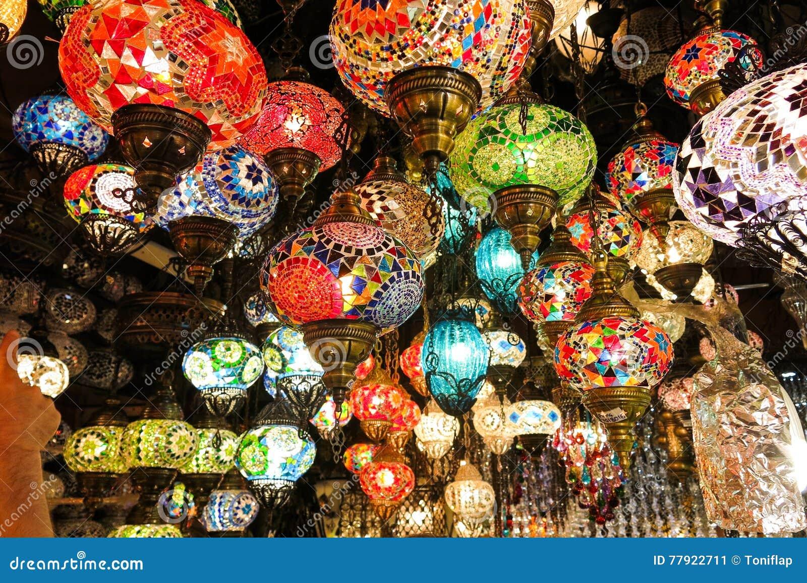 Кристаллические лампы для продажи на грандиозном базаре на Стамбуле
