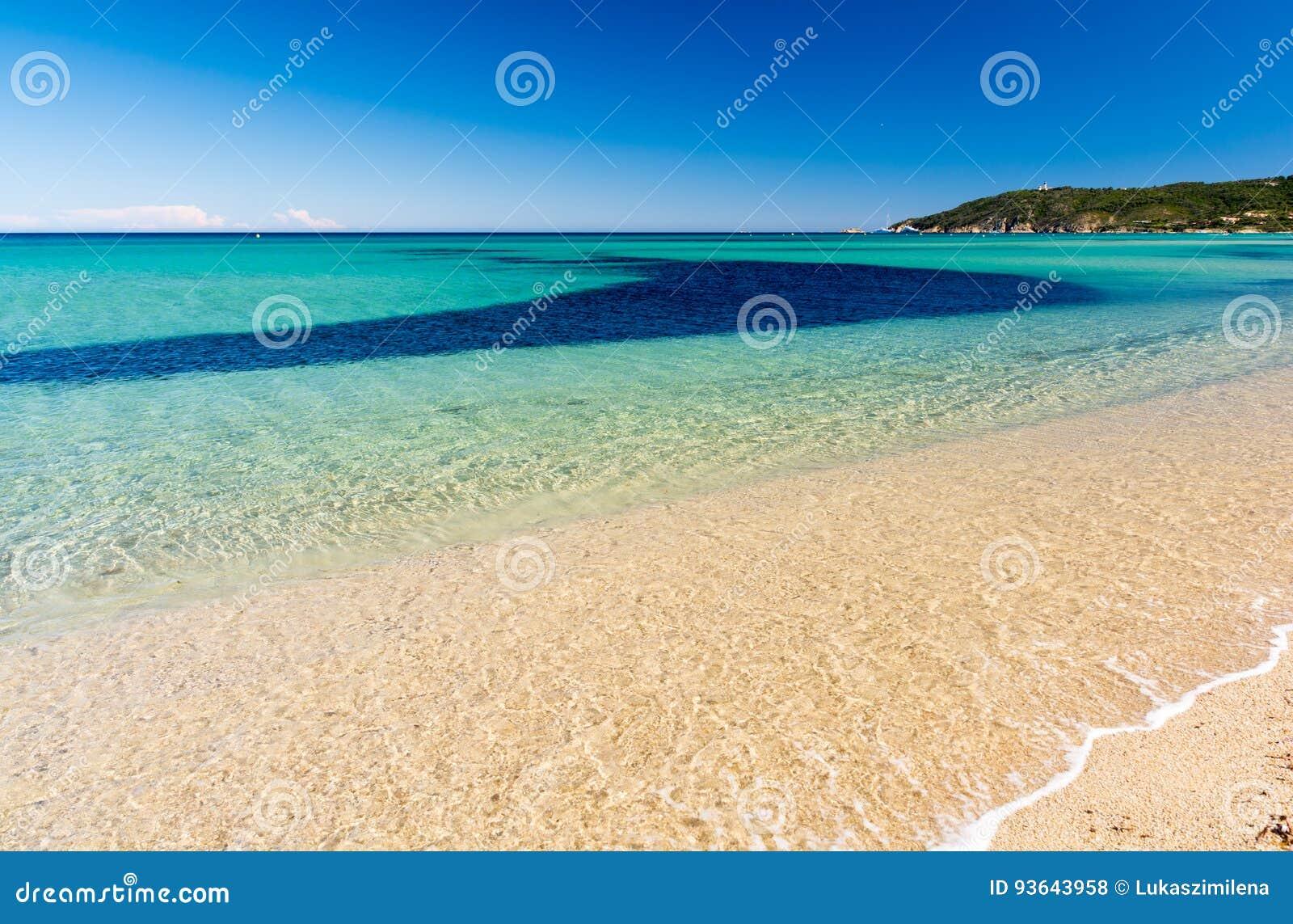 Кристл - чистая вода на пляже Pampelonne около St Tropez в южной Франции