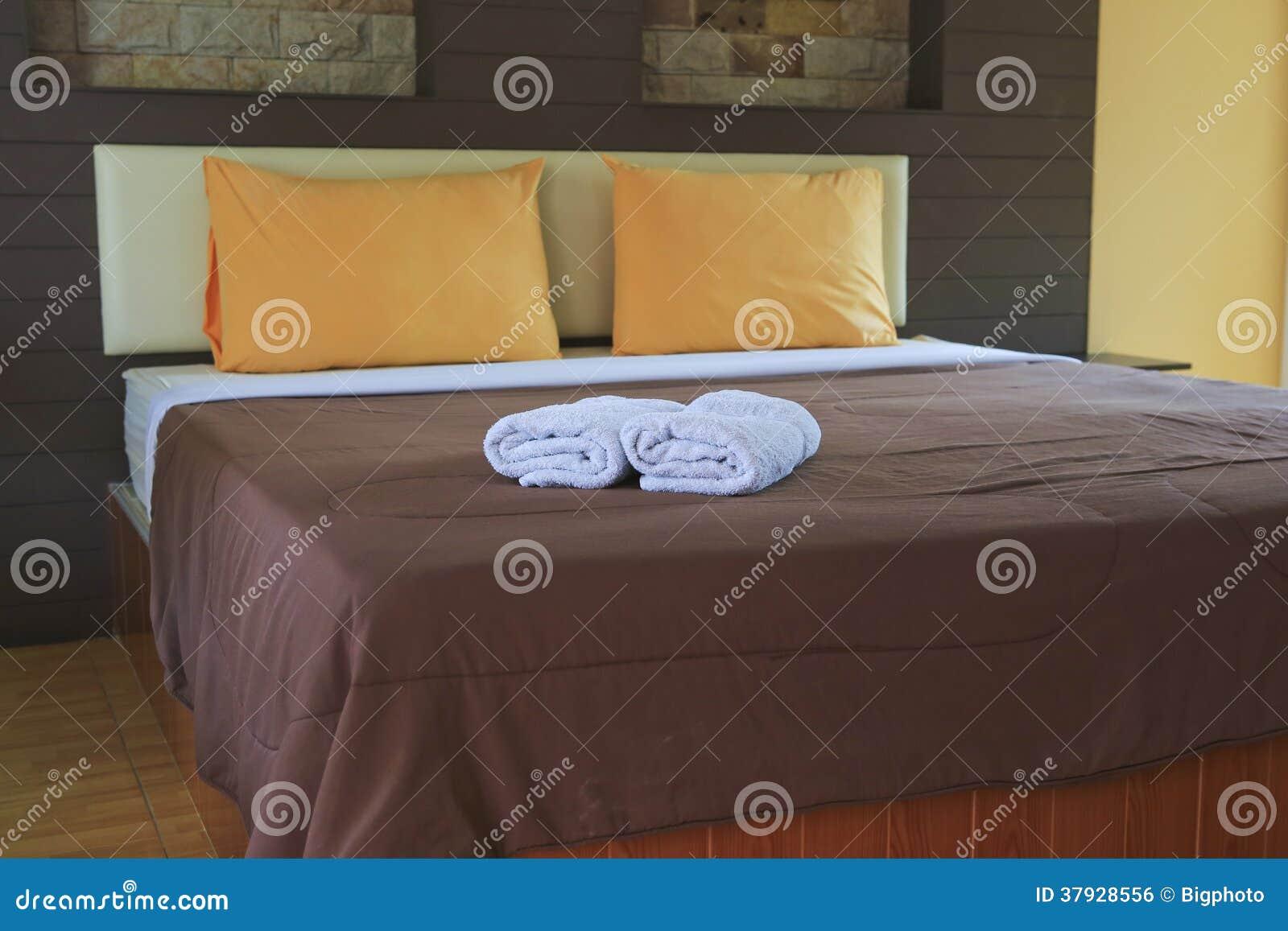 Кровать и подушки с теплым заревом