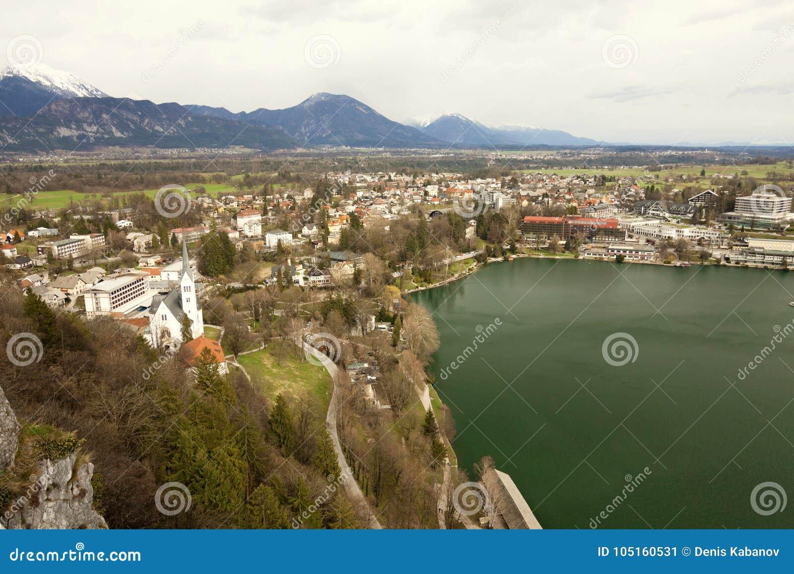 Кровоточенная Словения - - вид с воздуха курорта, поселения и lak Bled